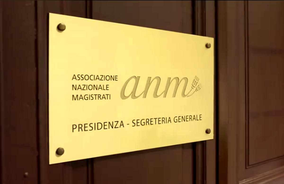L'Anm risponde a chi ha (ri)parlato di giustizia ad orologeria in relazione all'arresto dei genitori di Matteo Renzi
