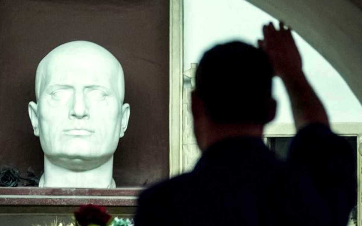 Tajani antifascista? Ma se faceva il saluto romano ogni volta che incrociava il senatore Alfredo Pazzaglia!