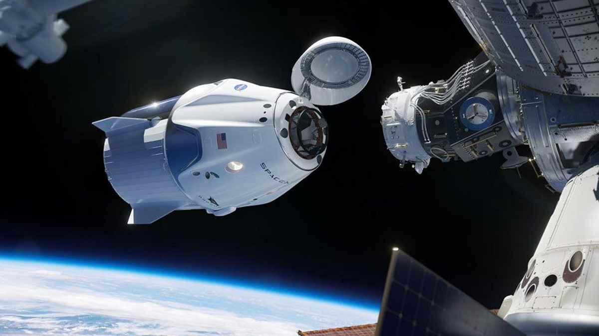 La navicella Dragon di SpaceX in orbita verso la stazione spaziale