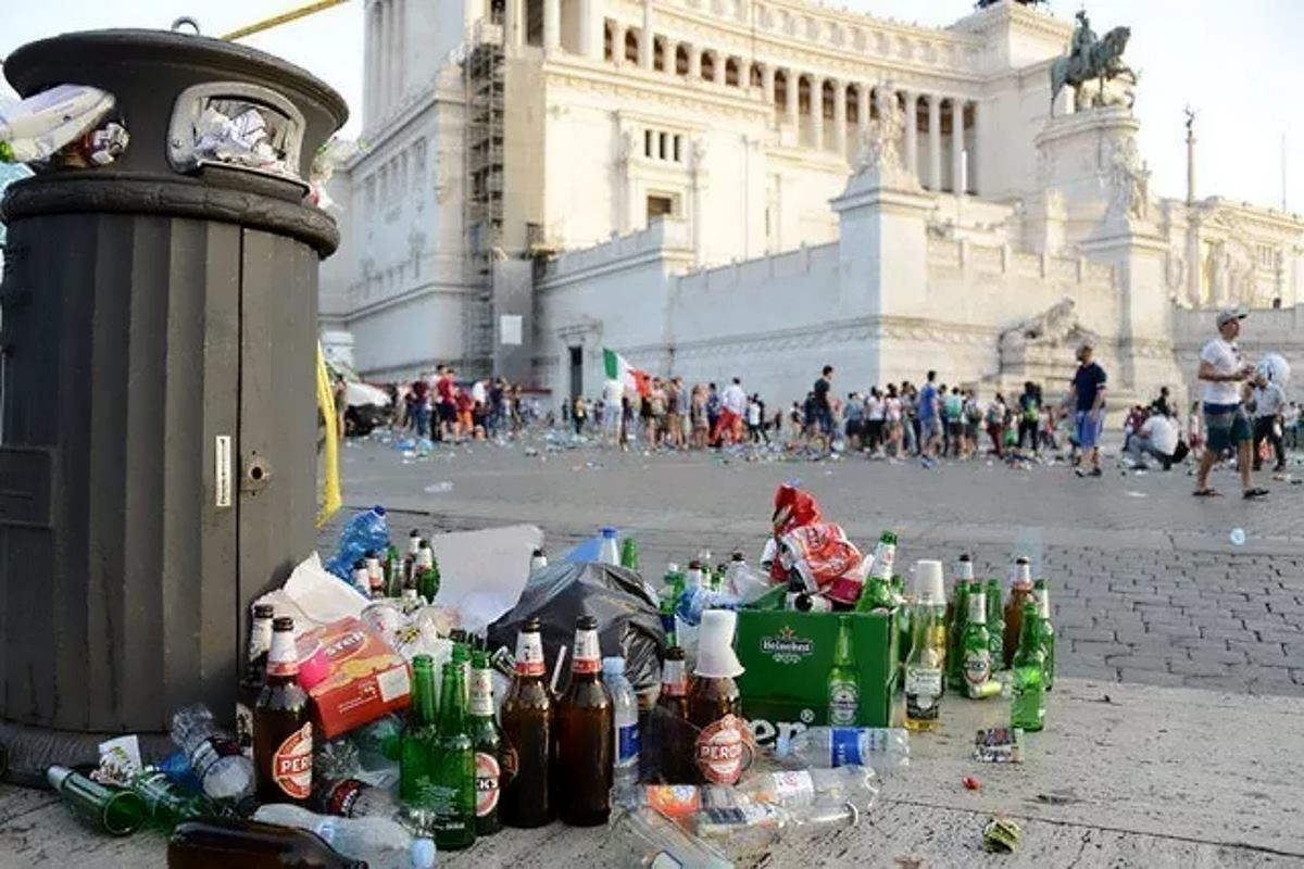 Virginia Raggi combatte con i rifiuti mentre le grandi aziende fuggono da Roma