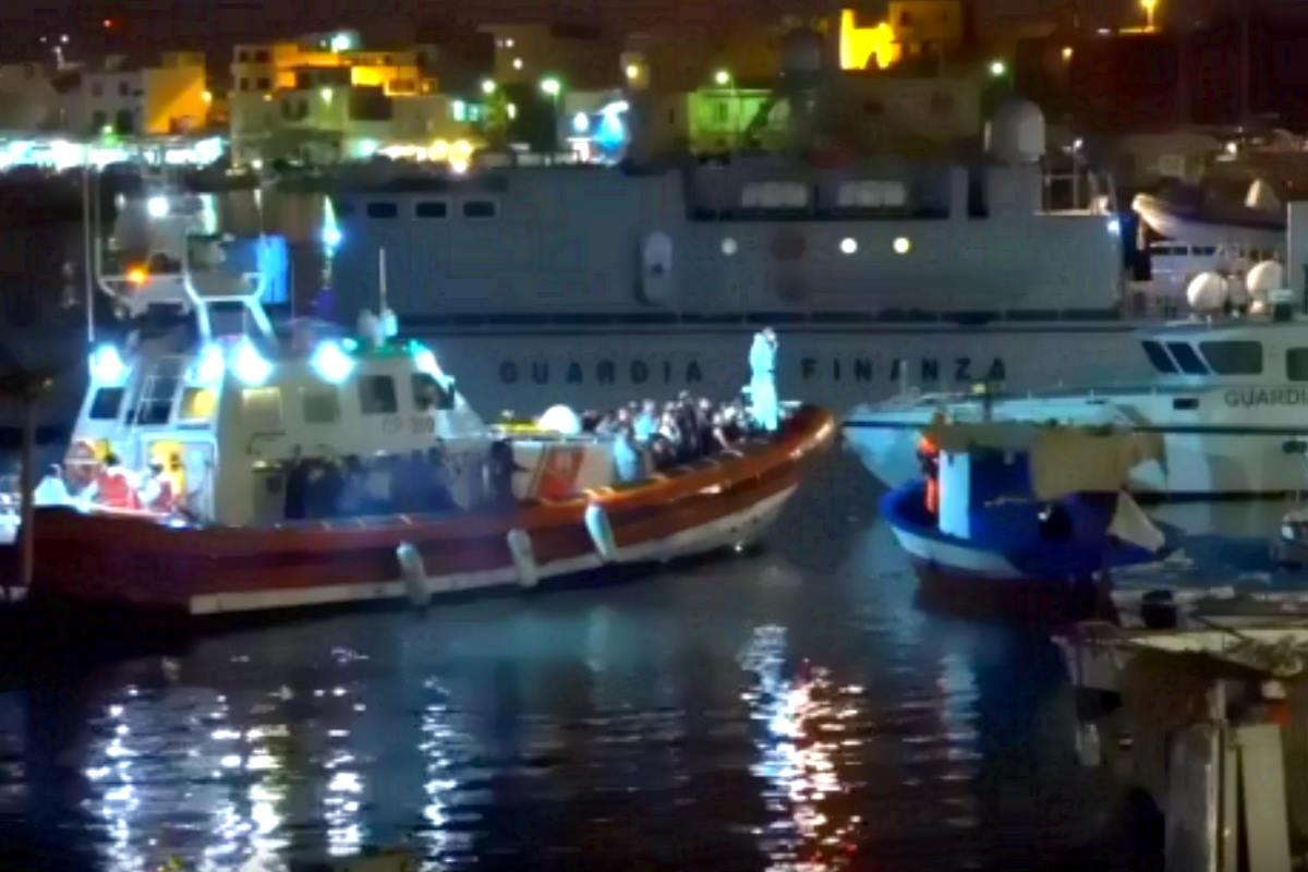A Lampedusa mentre 107 persone sono sequestrate sulla Open Arms, altre 57 sbarcano con l'aiuto di GDF e Guardia Costiera