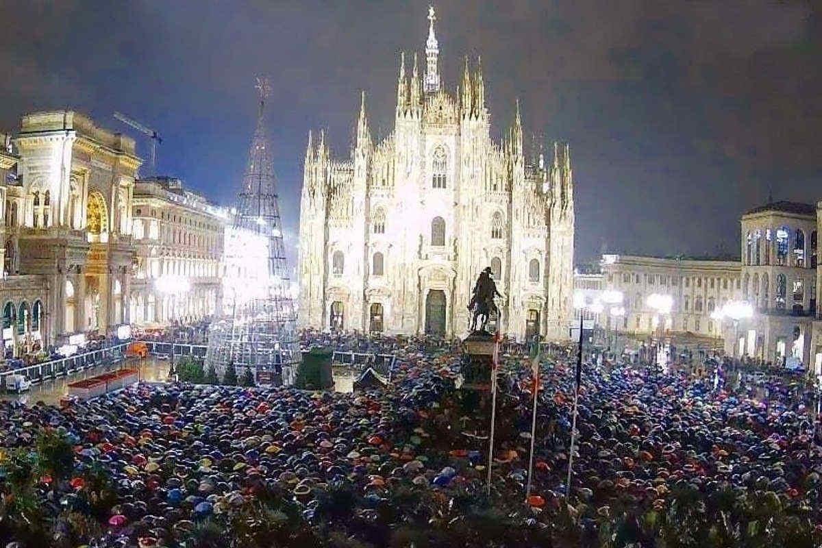 Milano non si Lega: piazza Duomo trabocca di sardine