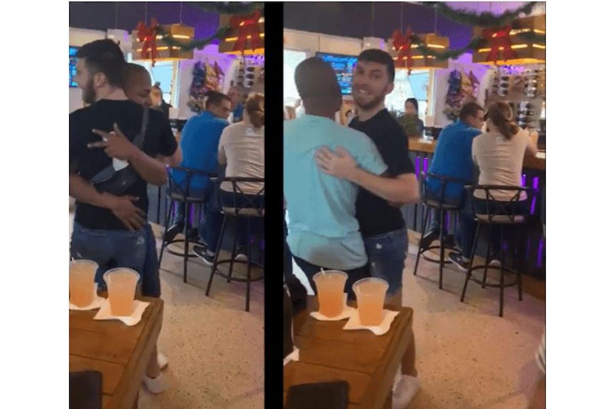 A Portorico due ragazzi sono stati cacciati da un locale perché hanno ballato insieme