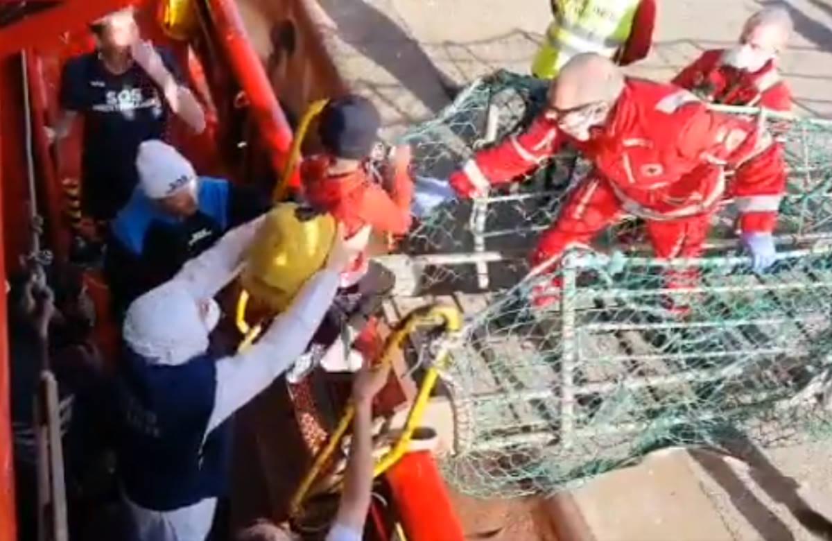 Sbarcati a Taranto i 403 sopravvissuti della Ocean Viking mentre Open Arms soccorre altre 45 persone
