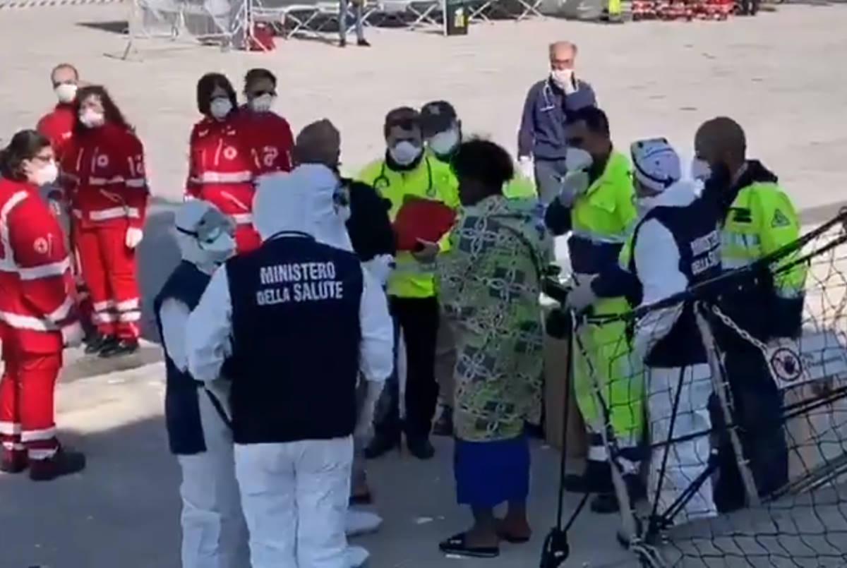 L'Italia fa sbarcare a Pozzallo le 363 persone soccorse dalla Open Arms