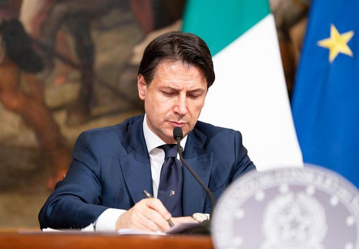 Conte firma il nuovo dpcm che dà il via alla riapertura del Paese e alla libertà di spostamento. Ecco il decreto e gli allegati