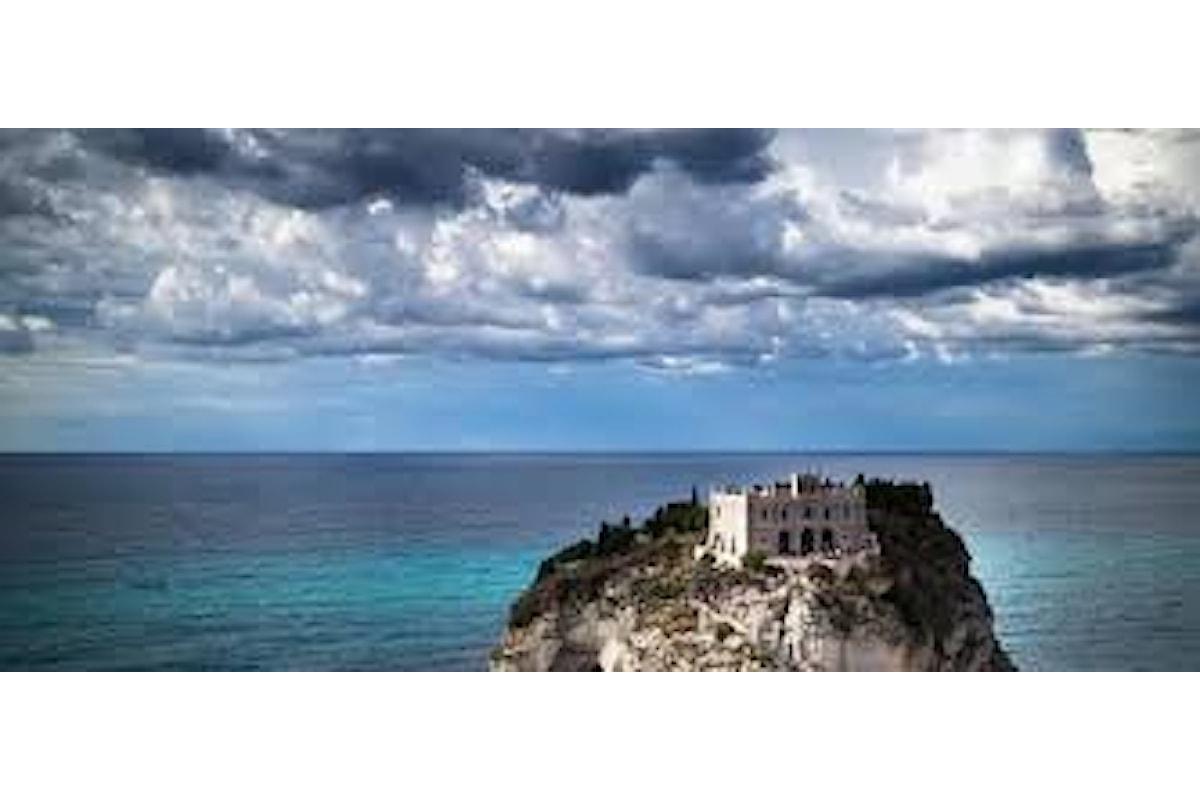 Easyjet con un audace e mirata pubblicità shock, propone la Calabria come mix di mafia, terremoti e paesaggi mozzafiato