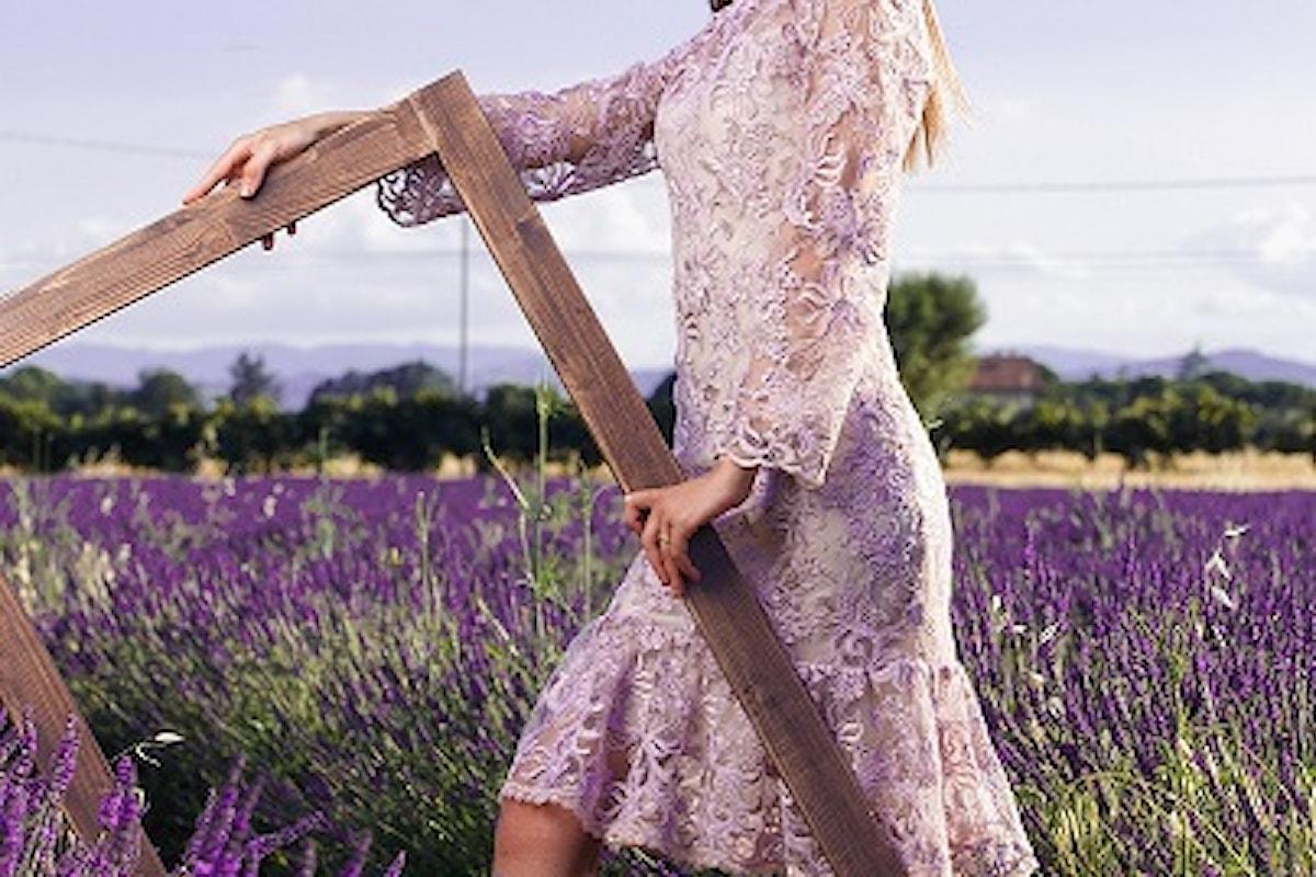 Briosa e seducente passeggia nei profumati campi di lavanda la donna Fabiana Gabellini Estate 2020