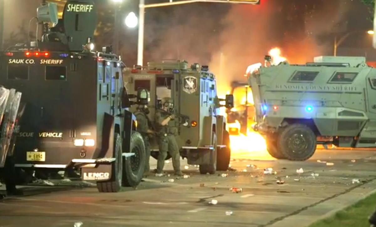 Seconda notte di manifestazioni e scontri a Kenosha, mentre sono stati solo messi fuori servizio i poliziotti che hanno sparato a Jacob Blake