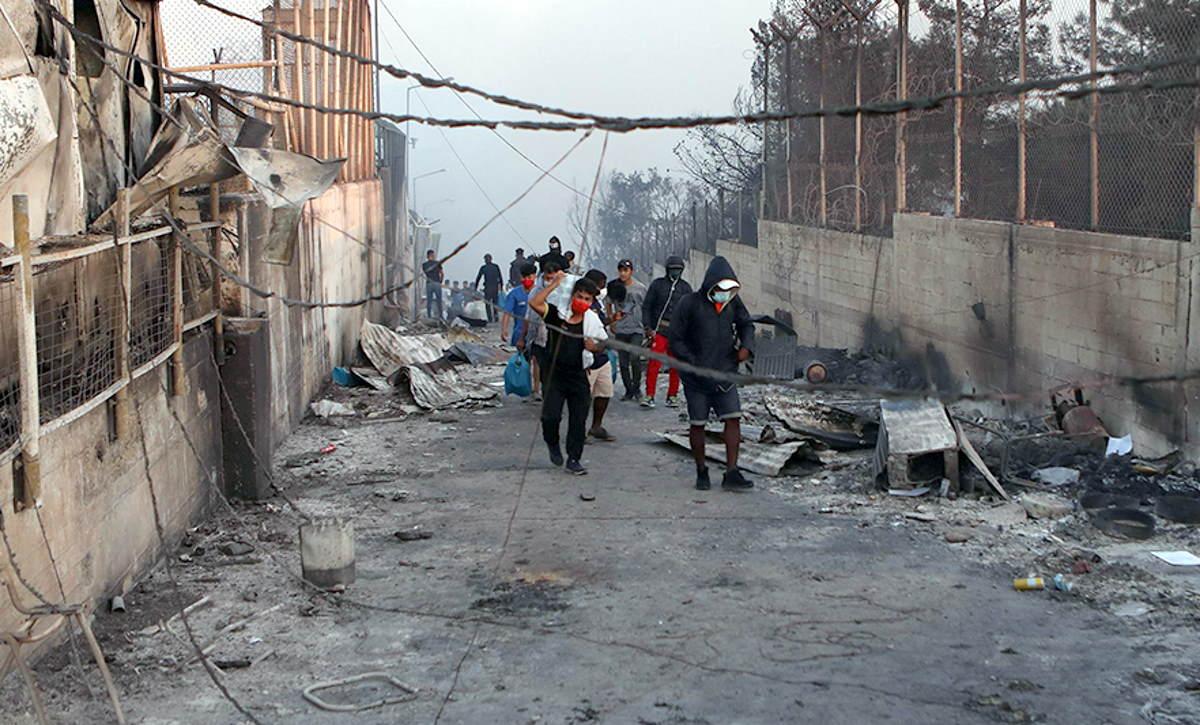 A Moria, completamente distrutto da un incendio il campo migranti: in migliaia in attesa di una nuova sistemazione