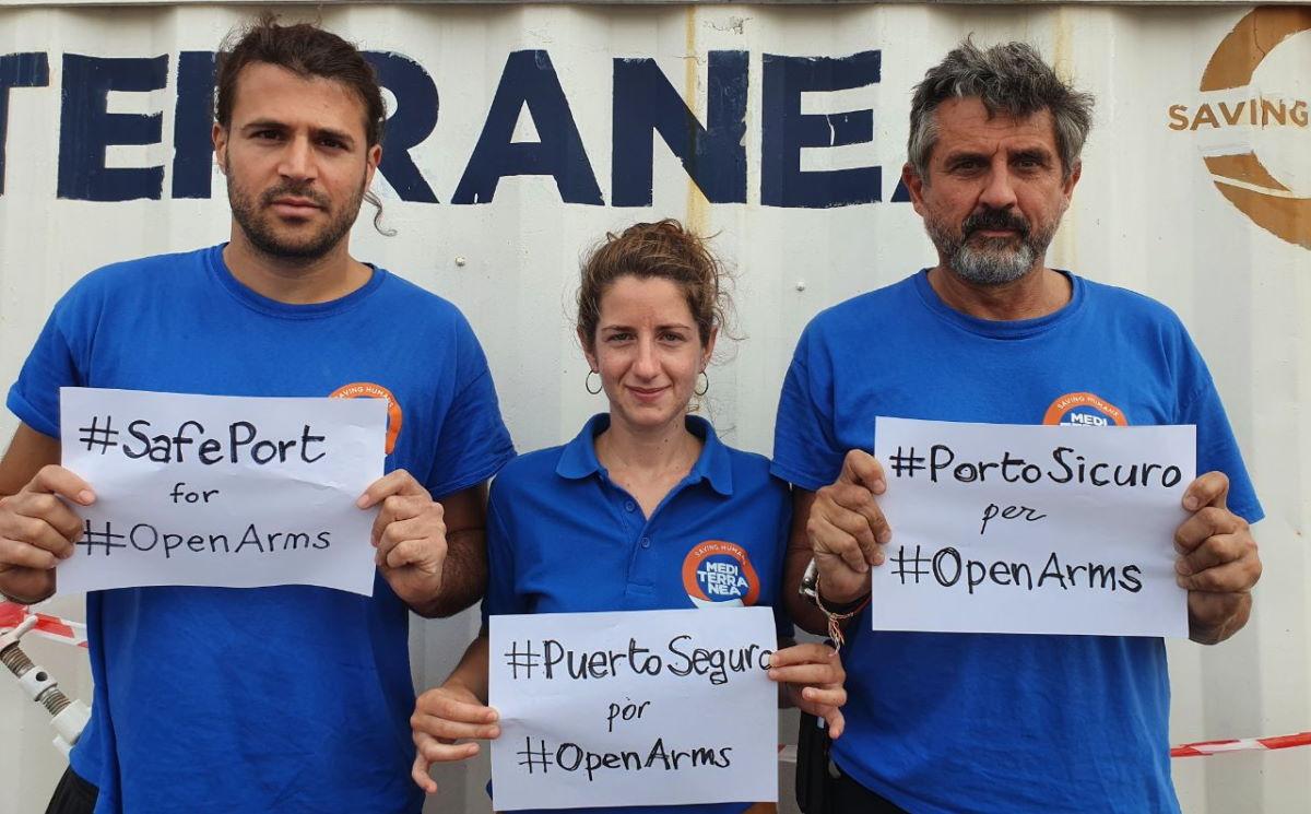 Altre 48 persone a bordo della Open Arms si gettano in mare