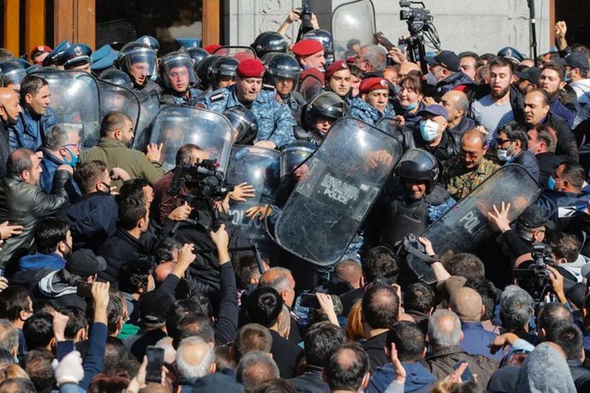 Gli armeni protestano per l'accordo di pace che consegna parte del loro territorio all'Azerbaigian