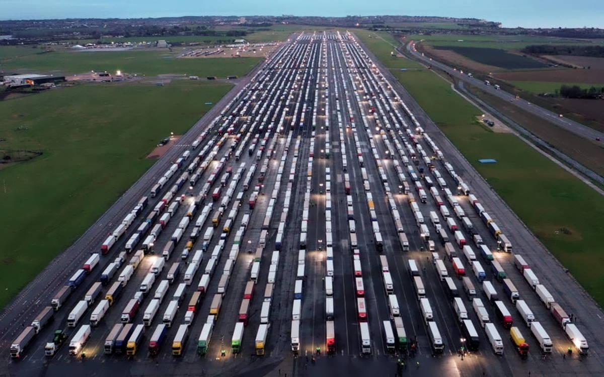Assurda la situazione nel sud dell'Inghilterra dove migliaia di camionisti attendono di rientrare in Francia
