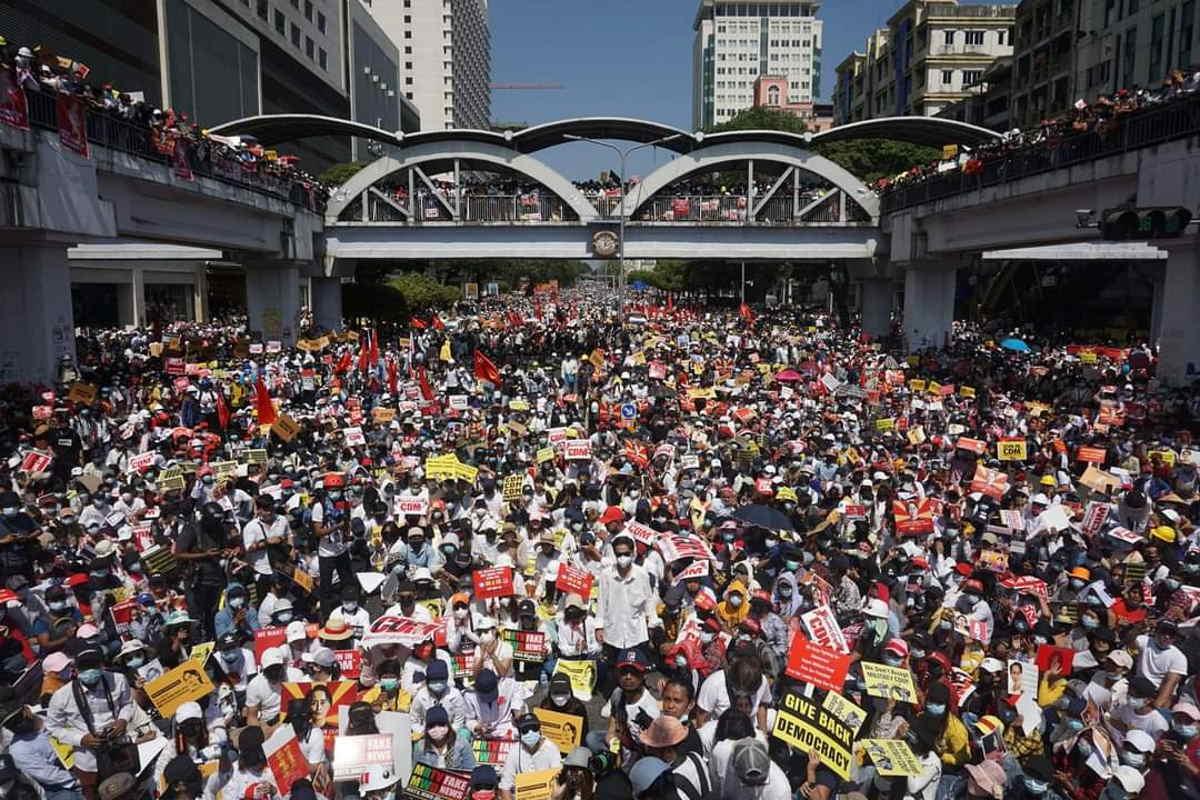Continua la protesta in Myanmar con migliaia di birmani che hanno bloccato le strade di Yangon