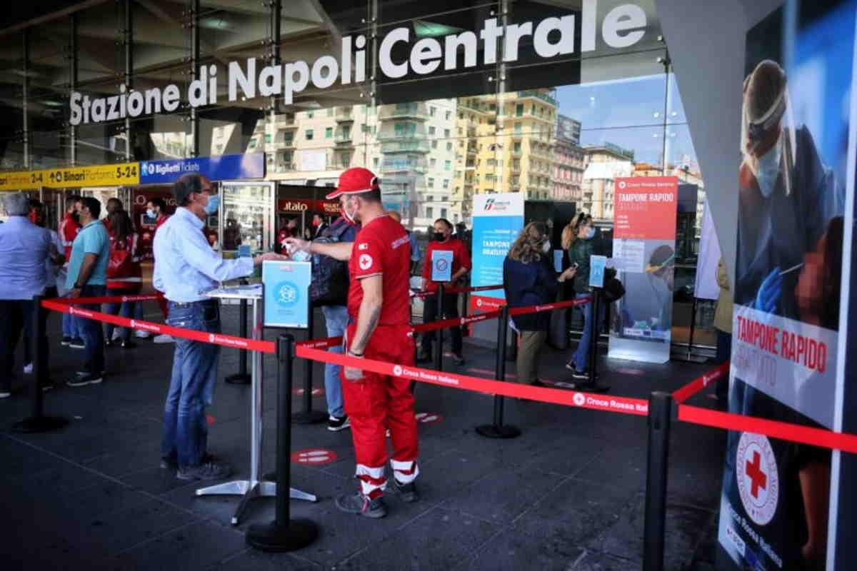 Alla stazione centrale di Napoli la Croce Rossa offre gratis ai cittadini la possibilità di fare il tampone rapido