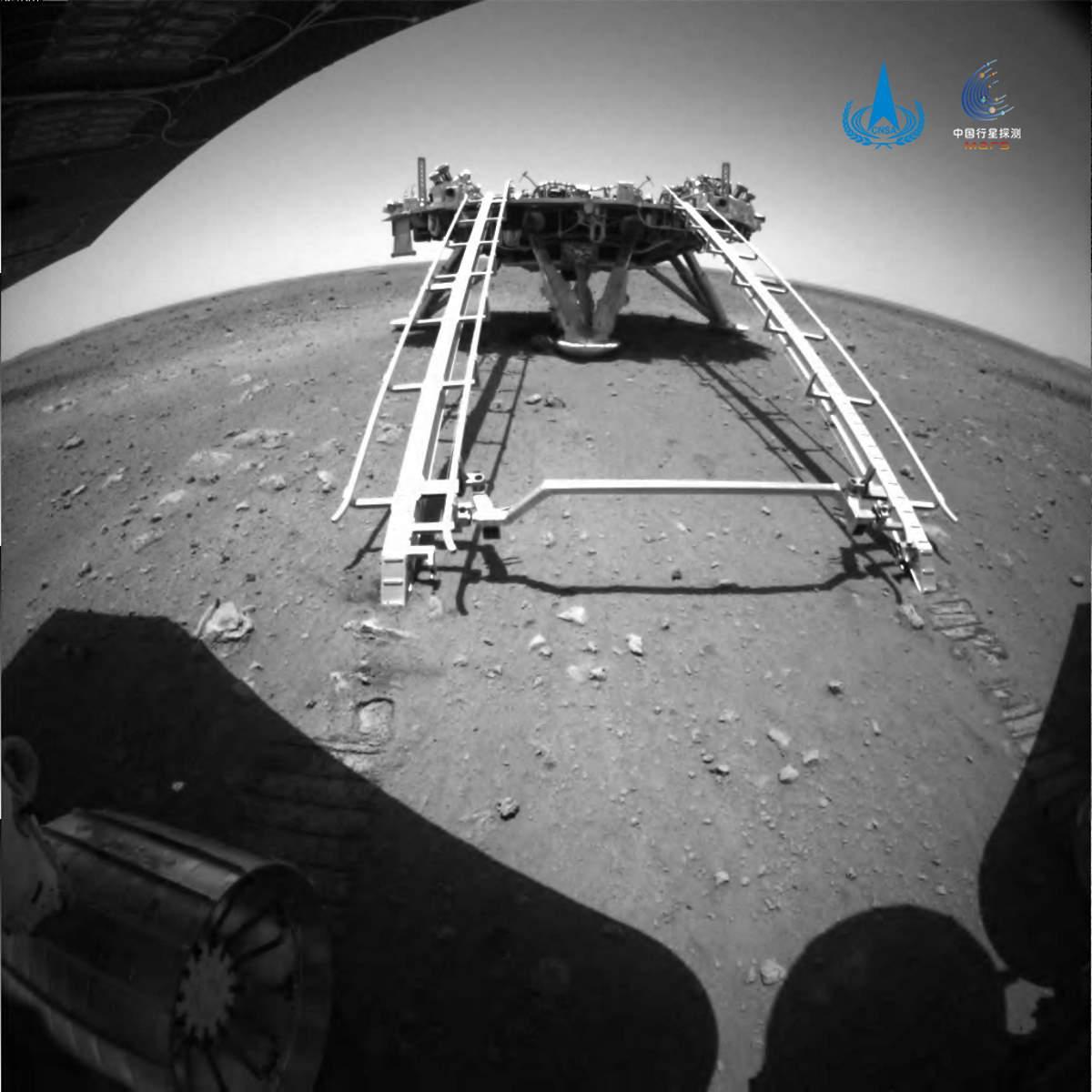 Il rover Zhu Rong ha abbandonato la piattaforma di atterraggio ed ha iniziato l'esplorazione del pianeta Marte