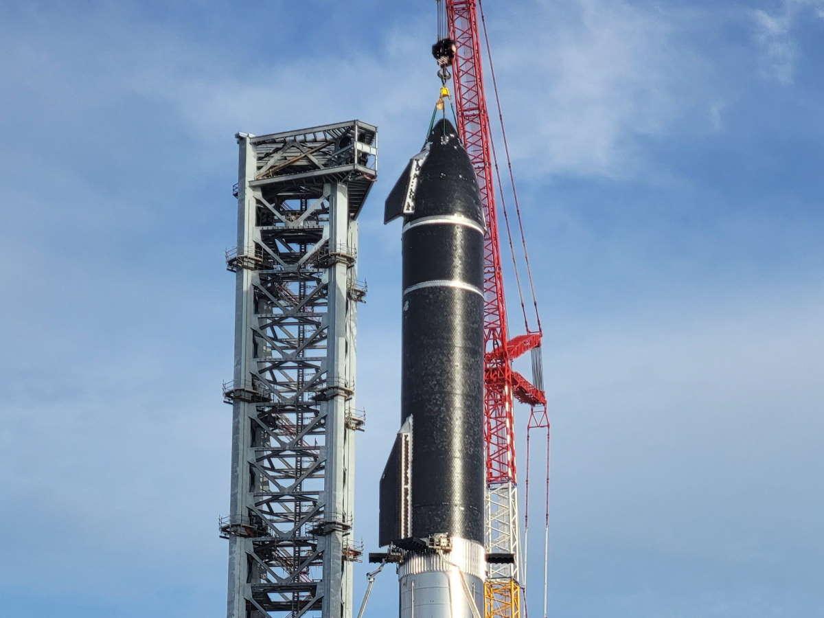 SpaceX ha iniziato l'assemblaggio del nuovo razzo ideato per le missioni lunari e marziane