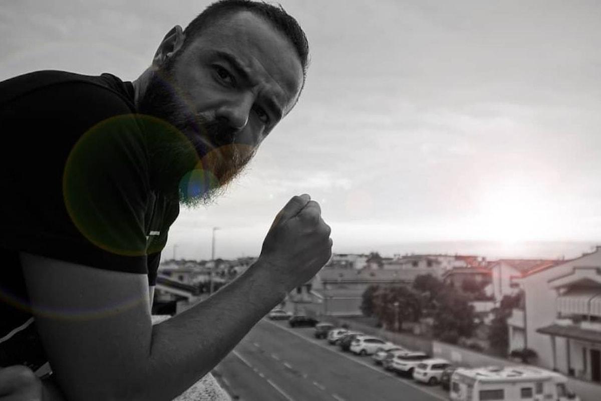 Si chiama Giuseppe Quello Là! C'è lui dietro il videoclip del nuovo singolo di Simone Barotti Gimme More.