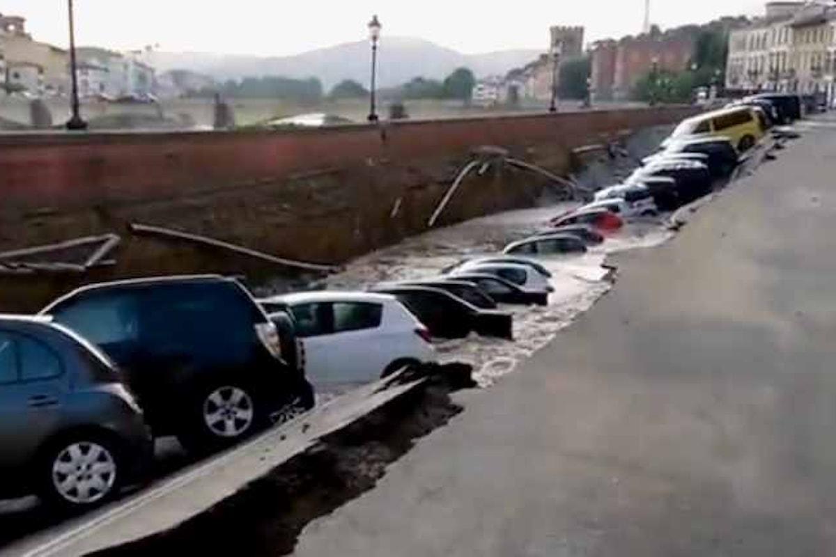 Nel centro di Firenze sprofonda un tratto di lungarno tra Ponte alle Grazie e Ponte Vecchio