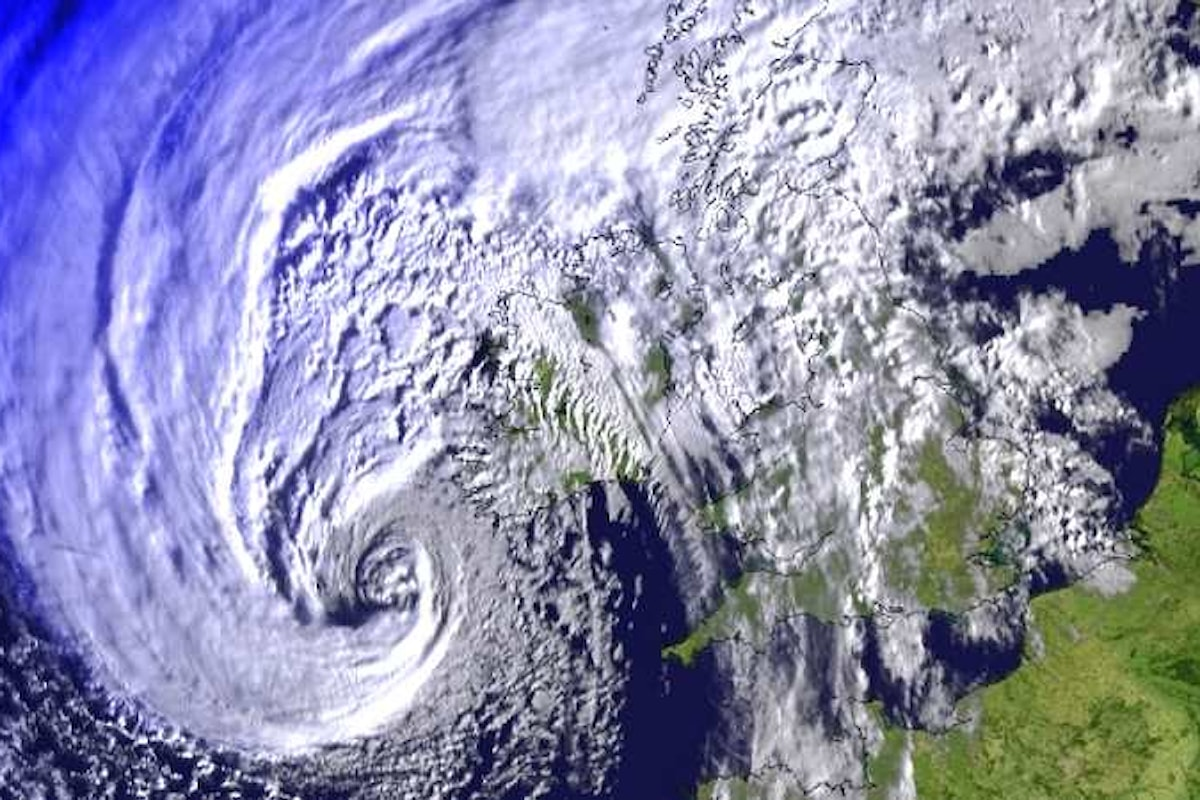 La tempesta tropicale Ofelia ha raggiunto l'Irlanda e martedì colpirà la Gran Bretagna