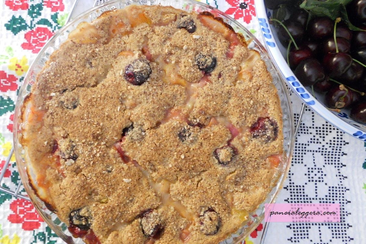 Una ricetta rivisitata e molto light del clafoutis alla frutta senza uova, burro e farina.