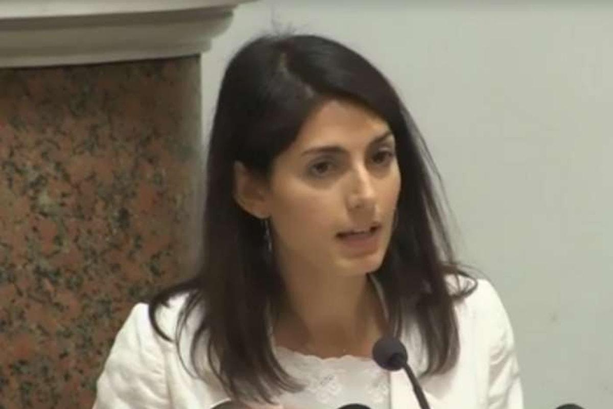 Virginia Raggi annuncia un piano, finanziato dall'Europa, per chiudere i campi rom a Roma