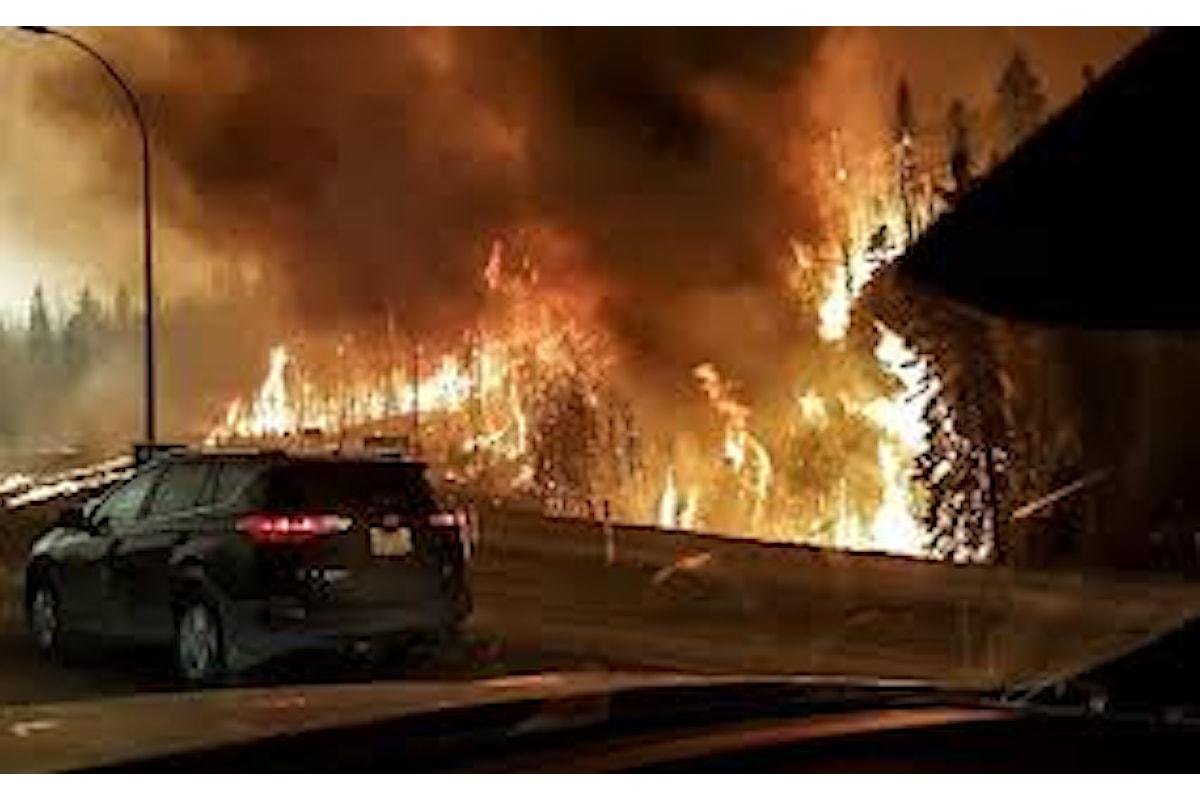 Canada, impossibile controllare l'incendio nella provincia dell'Alberta