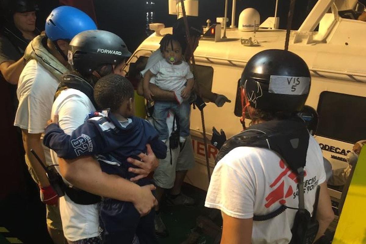 Impedito ad una nave di MSF l'attracco al porto di Lampedusa. I migranti a bordo trasbordati su una nave della Guardia Costiera